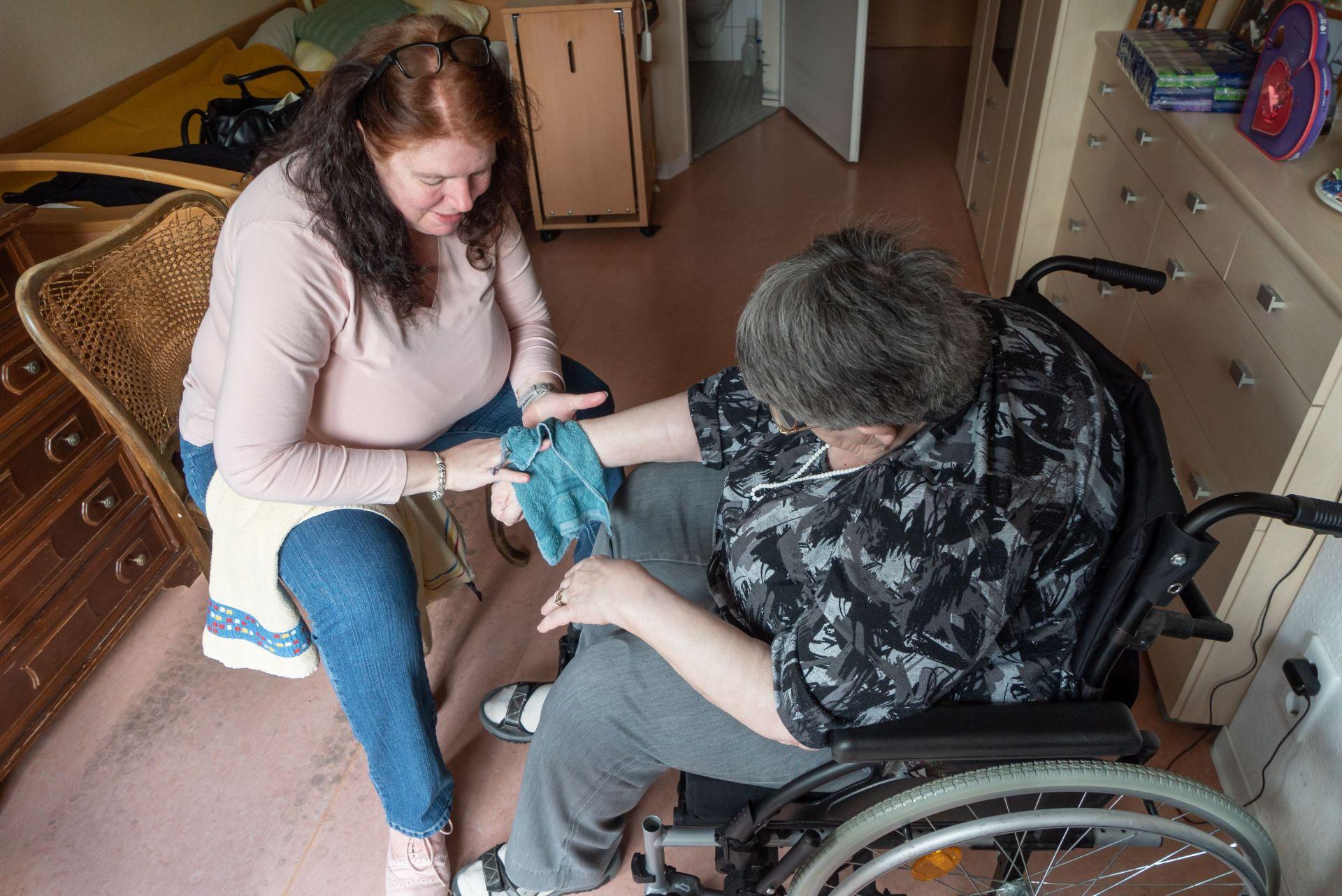 """adobestock 298646087 min - Häusliche Seniorenbetreuung: """"Der Bedarf ist sehr groß und wird in den kommenden Jahren gigantisch wachsen"""""""